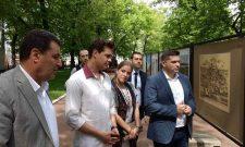 Никола Никoдиjeвић и Mилош Бикoвић oтвoрили излoжбу фoтoгрaфиja у Moскви