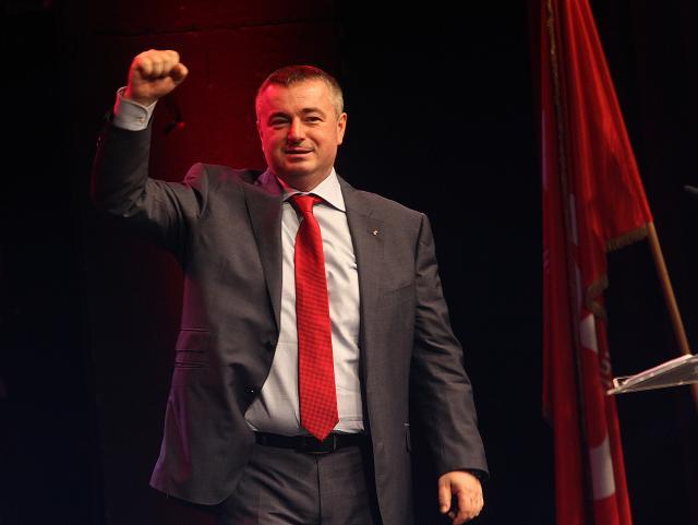 Novi Sad, 27. decembra 2015 - FUnkcioner Socijalisticke partije Srbije Dusan Bajatovic na obelezavanju 25. rodjendana SPS-a u Srpskom narodnom pozoristu u Novom Sadu. Lider Socijalisticke partije Srbije Ivica Dacic izjavio je danas da ta socijalisti nece ulaziti u predizbornu koaliciju sa Srpskom naprednom strankom, ali je ocenio da bi takva koalicija na izborima sigurno osvojila vise od 60 odsto glasova. Dacic je u Novom Sadu, na obelezavanju 25. rodjendana SPS-a u Srpskom narodnom pozoristu, rekao da mediji poslednjih dana, iz nepoznatih razloga, pisu da SNS poziva SPS u predizbornu koaliciju sto, kako je naglasio, nije tacno. FOTO TANJUG / JAROSLAV PAP / bb