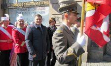Никодијевић положио цвеће на Спомен-обележје предаје кључева града