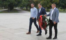 """Делегација СПС положила венце на споменик """"Вечна ватра"""""""